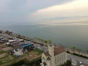 あいにくの天気の部屋からの眺め(右は琵琶湖)